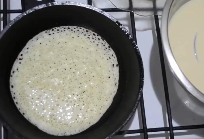 вылить тесто на сковородку