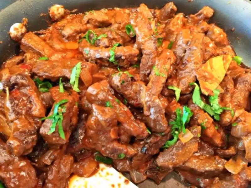 Бефстроганов из печени говяжьей с подливкой со сметаной и томатной пастой