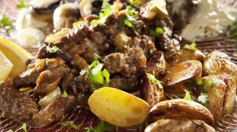Говядина по-строгановски (бефстроганов) с солеными огурцами