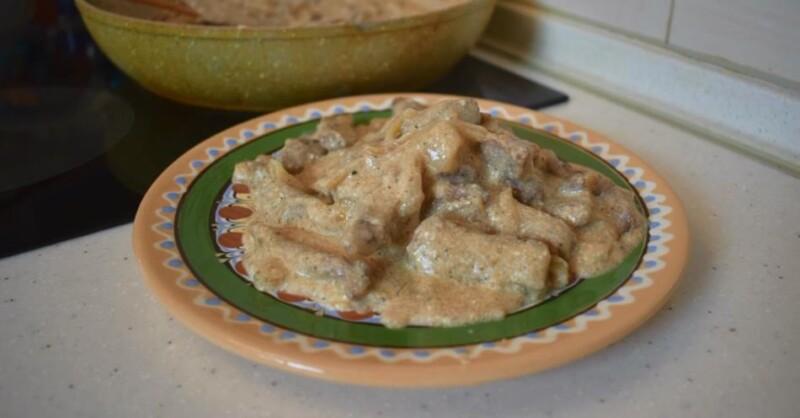 Как приготовить бефстроганов из говядины со сметаной и луком на сковороде