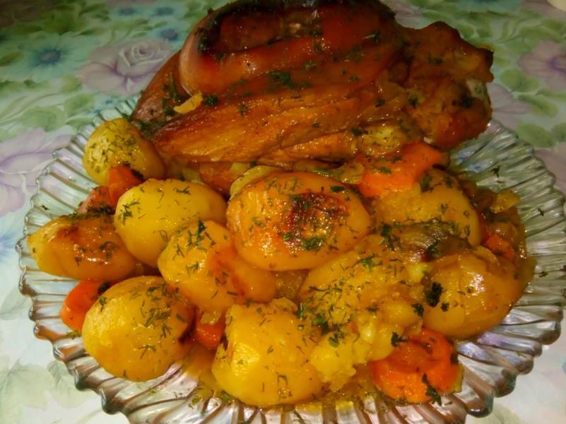 Мягкая свиная рулька в духовке в рукаве с картошкой