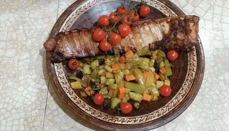 Простой рецепт приготовления свиных ребрышек с овощами в духовке