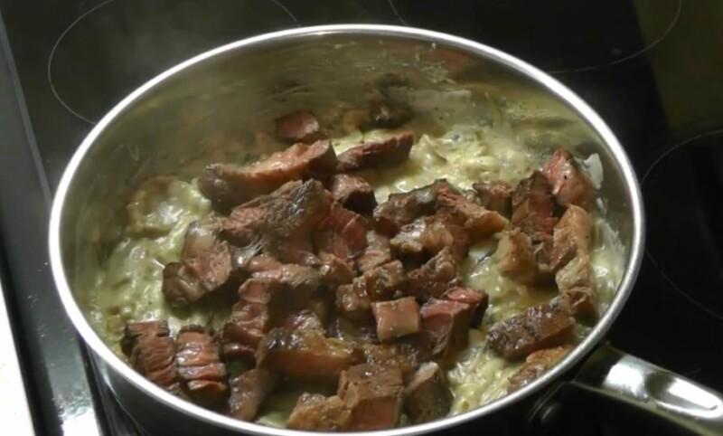 нарезаем мясо и добавляем к грибам