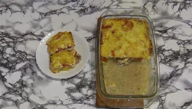Мягкая свинина в духовке с грибами и помидорами под сыром с картошкой