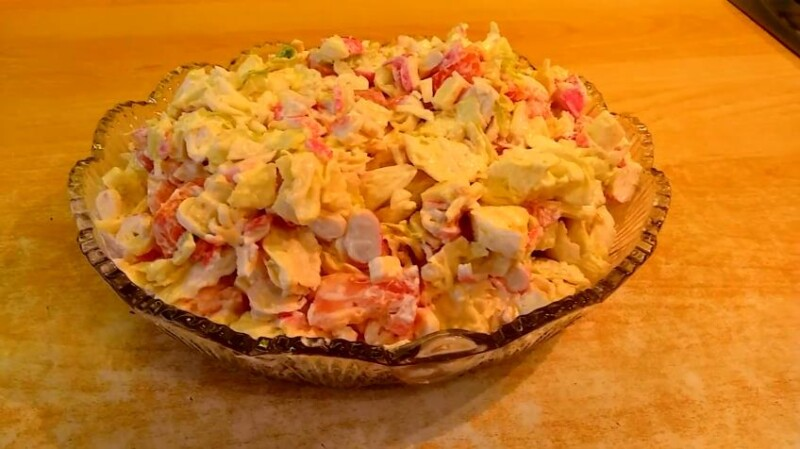 Недорогой и вкусный салат с пекинской капусты, кукурузы и крабовых палочек
