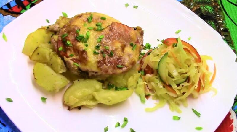 Отбивные из свинины с картошкой в духовке — вкусное и сочное мясо с помидорами и сыром