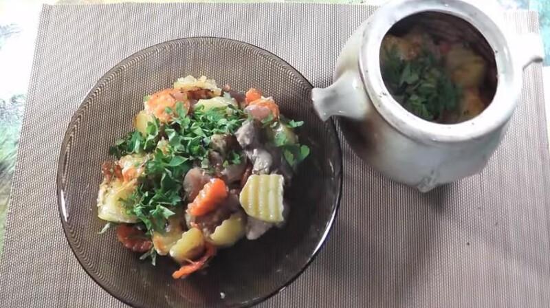 Простой рецепт жаркого свинины в горшочках с картошкой в духовке