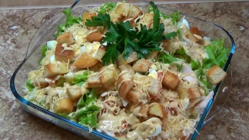 Салат Цезарь с пекинской капустой, курицей и сухариками