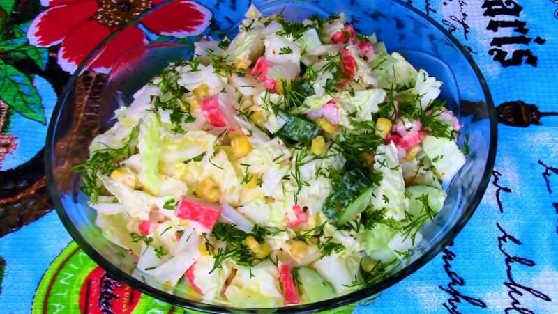 Салат с пекинской капустой и крабовыми палочками и огурцом — очень вкусный и простой рецепт