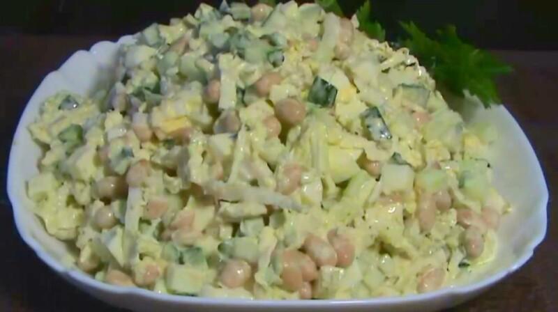 Салат с пекинской капустой, кукурузой и яблоками по вкусному и простому рецепту