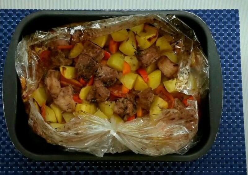 Сочная свинина с картошкой и овощами в духовке