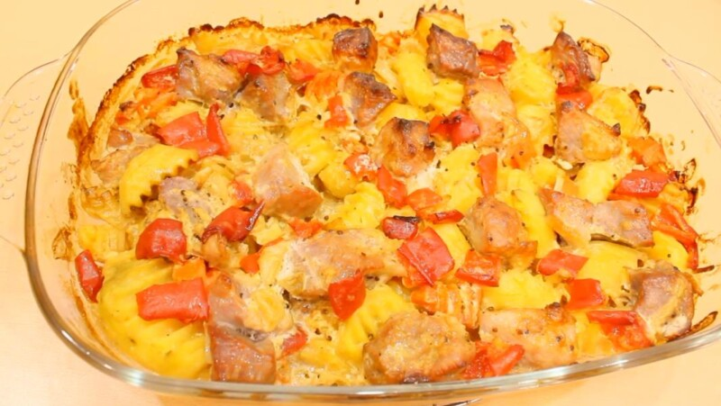 Свинина, запеченная в духовке, с картофелем и овощами (довольно сытное и быстрое блюдо при запекании)