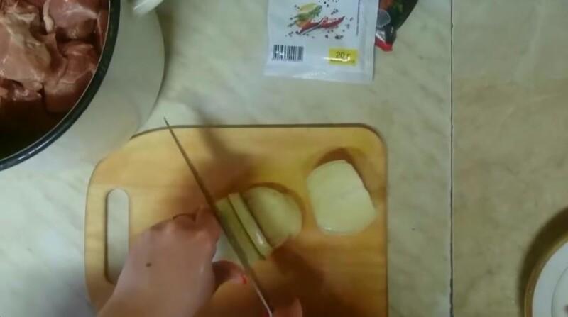 нарезаем лук полукольцами