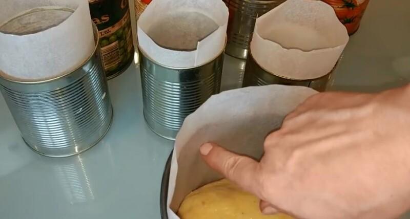 перекладываем тесто в формочки
