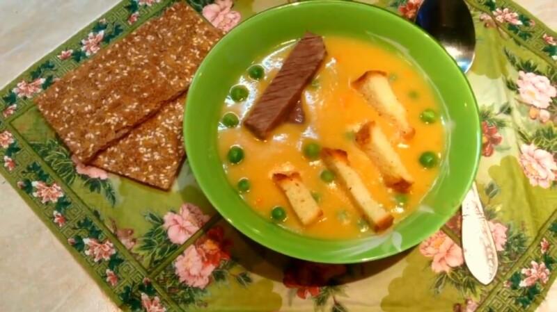 Очень вкусный гороховый суп-пюре со свининой и гренками