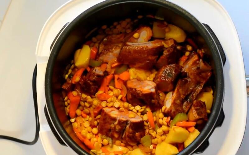 добавляем горох и мясо