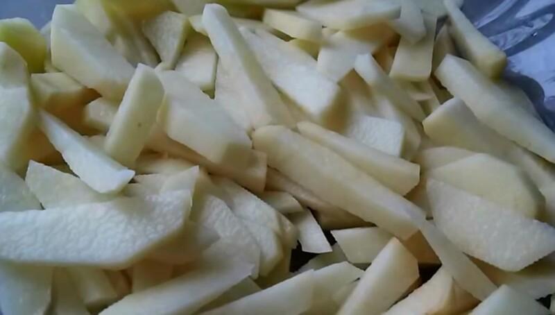 нарезаем картошку брусками