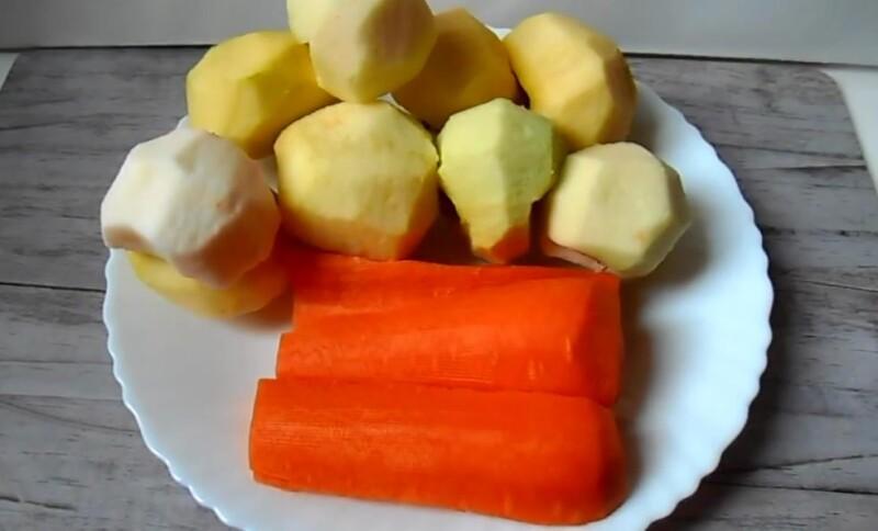 подготавливаем яблоки и морковь