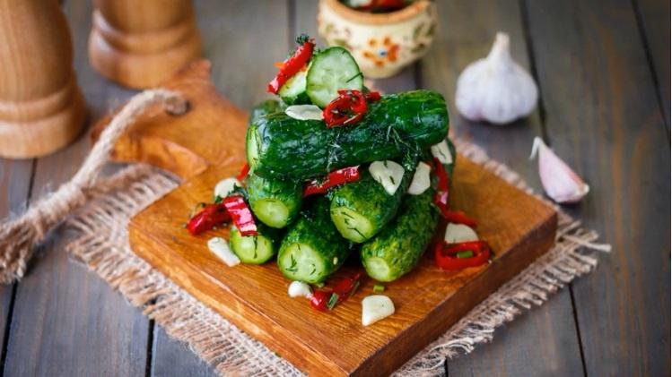 Хрустящие маринованные огурцы в пакете — быстрый рецепт с чесноком и укропом