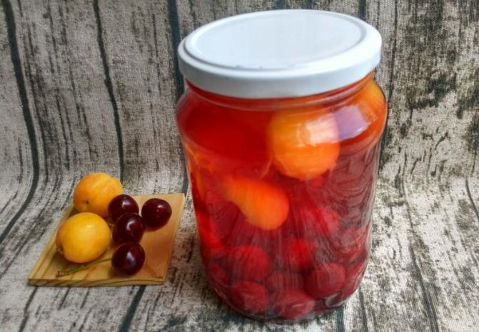 Простой компот из вишни и абрикосов на зиму — рецепт на 2 литровую банку