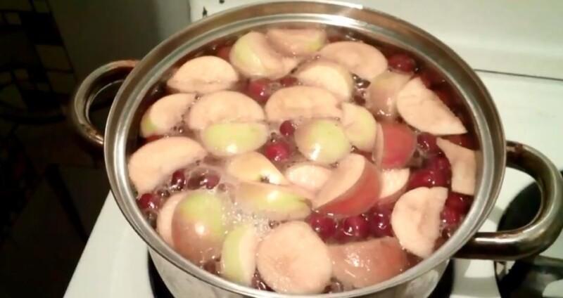 Простой рецепт компота из вишни и яблок в кастрюле на каждый день — можно пить сразу как остынет