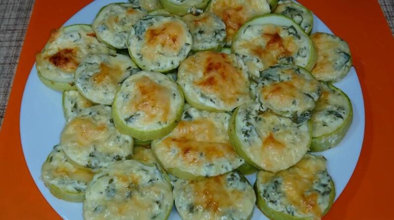 Самые вкусные кабачки, запеченные в духовке — рецепт под сыром и сметаной