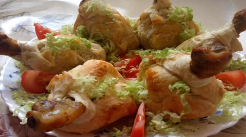 Вкусный рецепт куриных ножек в мешочках из слоеного теста с грибами и сыром