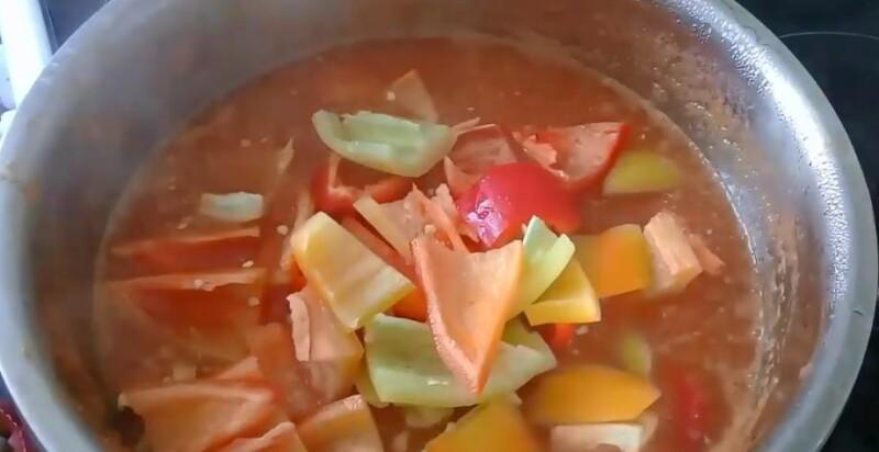 добавить перец в кастрюлю