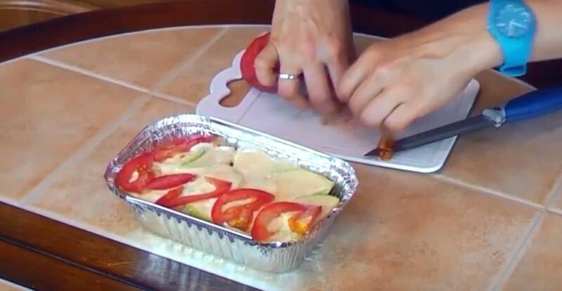 нарезаем помидоры четвертинками