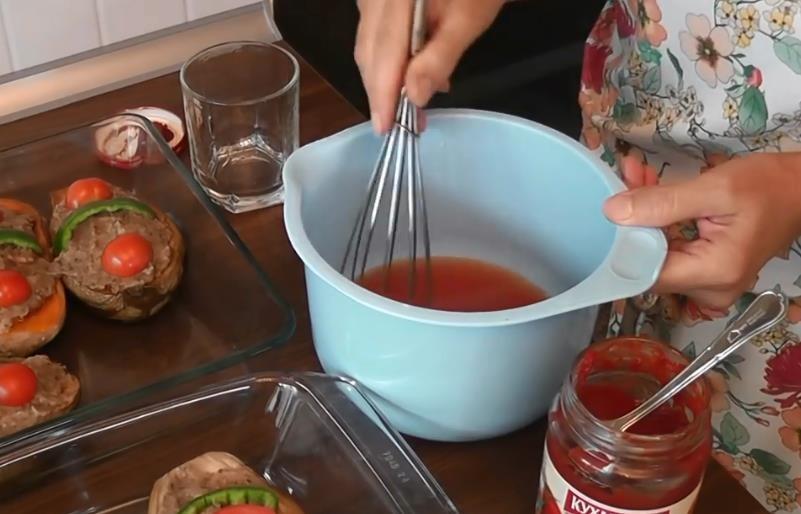 перемешиваем томатную пасту