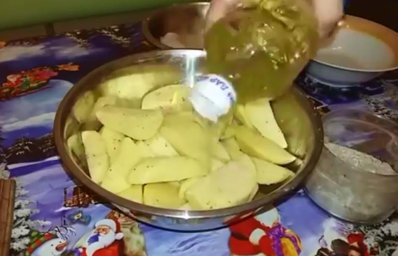 поливаем картошку масло