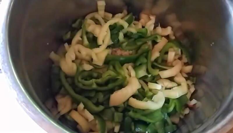 складываем перец и кабачки