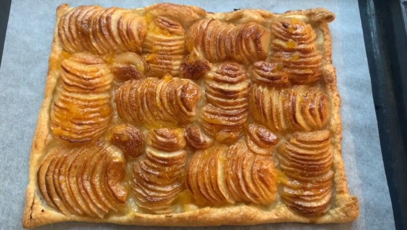 Пирог из слоеного теста с яблоками в духовке — быстро, вкусно и просто