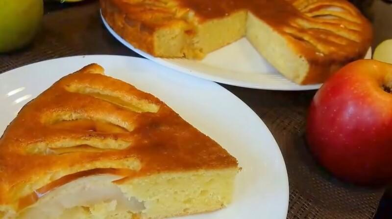 Пирог с творогом и яблоками очень вкусный, быстрый и нежный
