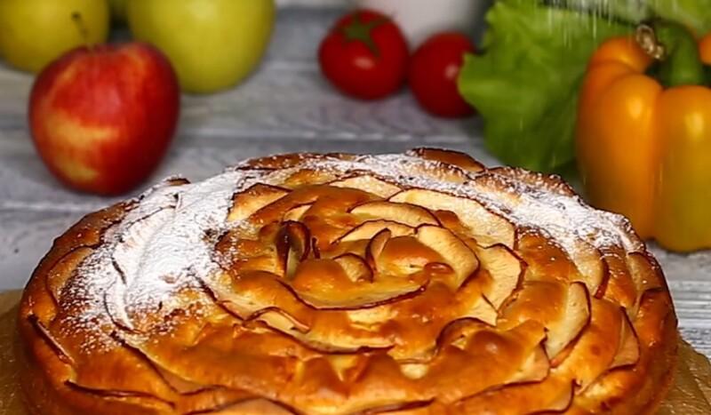 Пышный пирог «Шарлотка» с яблоками в духовке — самый простой рецепт