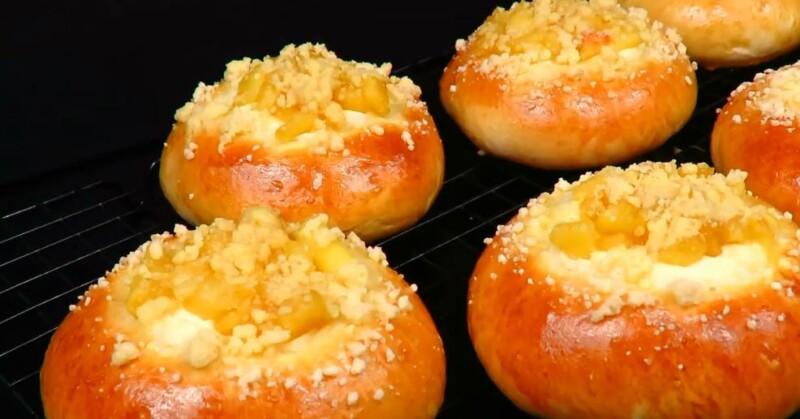 Вкусные ватрушки с творогом и яблоком в духовке из дрожжевого теста