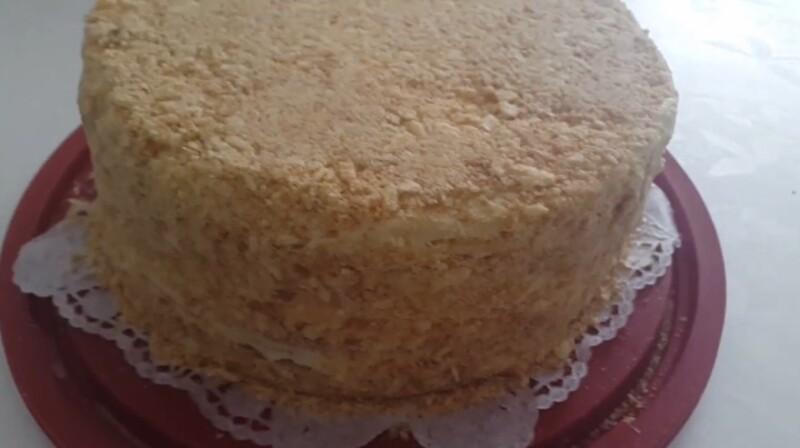 посыпаем крошкой торт