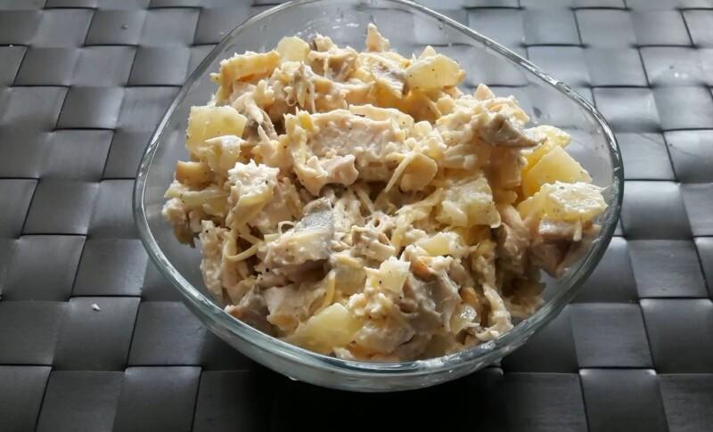 Классический рецепт салата с куриной грудкой, ананасами и грибами