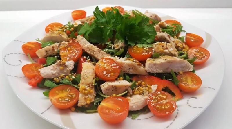 Легкий салат с рукколой и куриной грудкой по простому рецепту