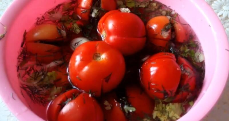 Маринованные помидоры быстрого приготовления с чесноком и зеленью за сутки