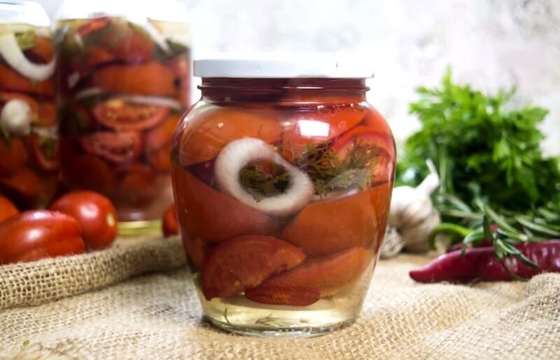 Маринованные помидоры на зиму половинками с луком и маслом