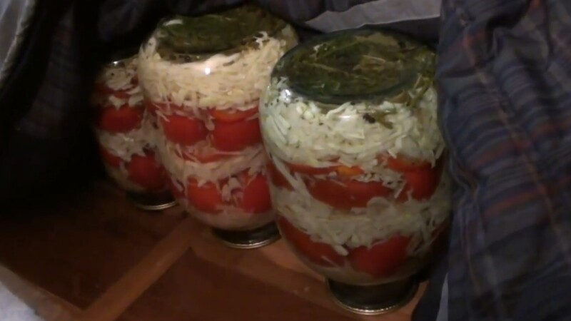 Очень сладкие маринованные помидоры с капустой на зиму в банках
