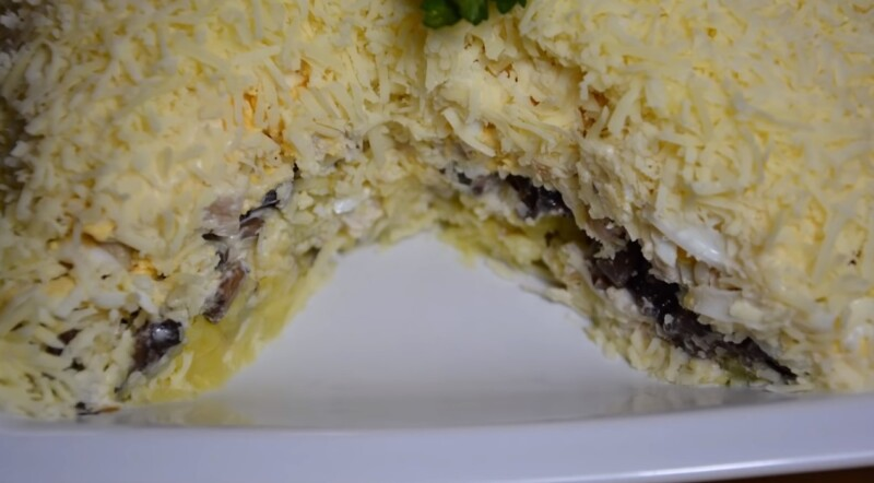 Очень вкусный салат с куриной грудкой, грибами (шампиньонами) и сыром
