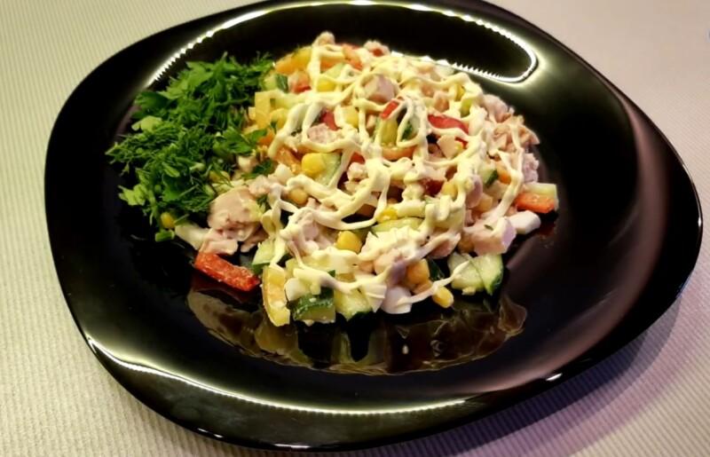 Праздничный салат с копченой куриной грудкой и кукурузой — лучший рецепт