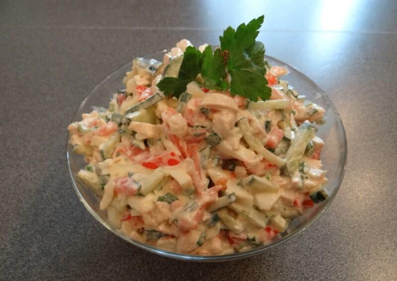 Простой и вкусный салат из куриной грудки со свежим огурцом и помидором