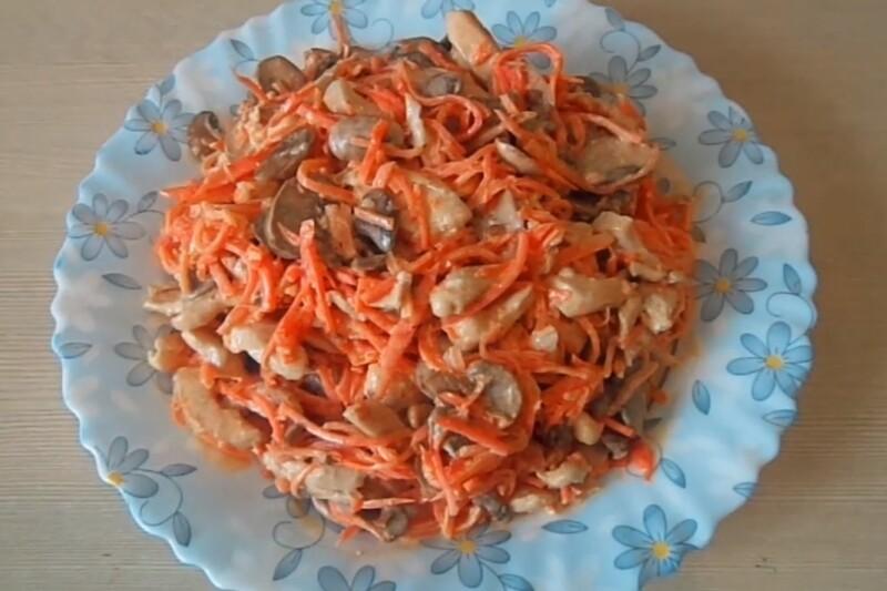 Салат с корейской морковью, куриной грудкой и грибами слоями