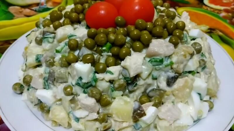 Салат с куриной грудкой, зеленым горошком и маринованным огурцом