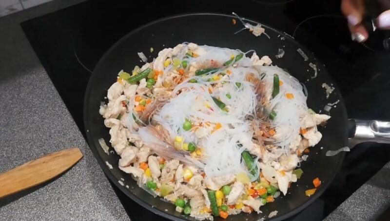 Самый вкусный салат из фунчозы с куриной грудкой простой рецепт
