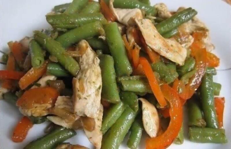 Теплый салат с куриной грудкой, стручковой фасолью и болгарским перцем