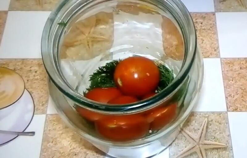 выкладываем ботву и помидоры
